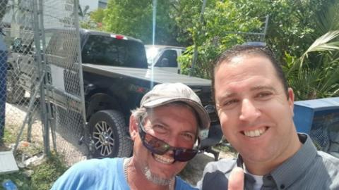 古斯塔沃是迈阿密最幸福的人。 给他一个拖拉机和一个建筑项目 - 他......