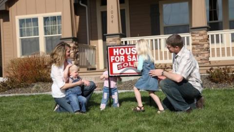 """# אתר הנדל""""ן Zillow: להורים קשה יותר לרכוש בית בארה""""ב. סביר יותר שהורים לילדים…"""