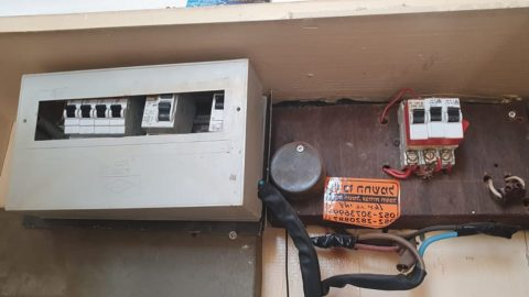 Electricians among you - an electrical panel in the apartment. Is it possible to give a repair and replacement assessment?