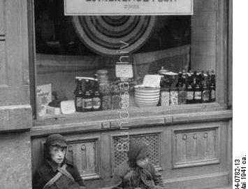 ילדים יהודים מזי רעב בפתח חנות עמוסת כל טוב. ורשה 1941.  הצילום המרגש שבעיניי הכ...