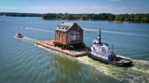 Familia se muda de casa histórica a nueva casa en Queenstown en barco
