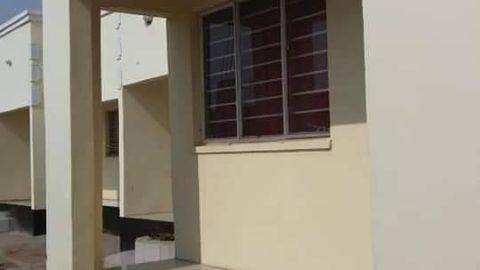 Une maison de deux chambres à louer à Kassama Road avant le carrelage Green G *, le plafond ...