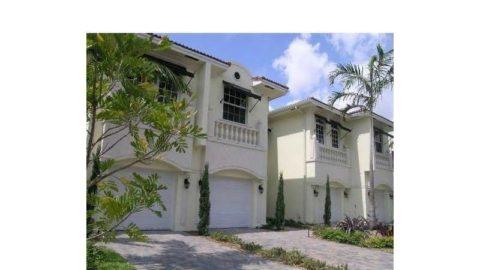 יש לי בניין יפהפה המורכב מארבעה בתי עיירה באזור מגדלור פלורידה ...