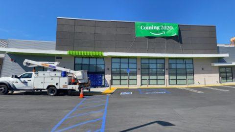 Qu'en dites-vous! Au fur et à mesure de la fermeture des magasins, ils ont ouvert un magasin au cœur de Valley Los Angeles ...